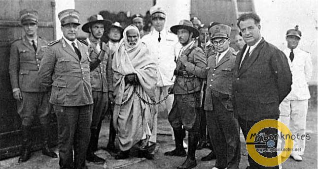 Omar Mokhtar (người bị đeo xích) bị quân Ý bắt